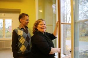 Jouni Lehtiranta ja Laura Lankinen esittelevät Miilan erikoisia ikkunoita.