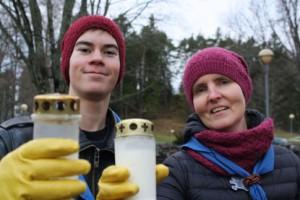 Lauri Jokinen ja Hanna Lystimäki siivosivat Piikkiön hautausmaalla.