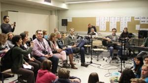 Opettajat ja oppilaat pääsivät kuuntelemaan myös Piikkiön Yhtenäiskoulun oman bändin esitystä.