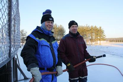 Mika Sirkiä ja Ari Sillanpää saivat Kyysilän jääkentän valmiiksi.