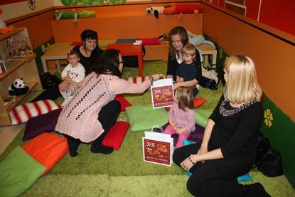 Piikkiön kirjaston erikoiskirjastovirkailija Anri Kaukomo palkitsi Angeliina Jemmun, Konsta Heimosen ja Ellen Fagerlundin kirjakassein.