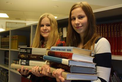 Anniina Riikonen ja Sonja Salminen Paimion lukiosta tietävät, että lukio-opiskelu rasittaa.
