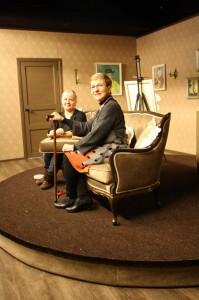 Yövieraan lavastaja Niina Suvitie sekä patriarkkarouva Satu Lehtopolku testaavat pyörivää näyttämöä. Kuvassa Lehtopolulta puuttuu muun muassa musta peruukki ja hattu.