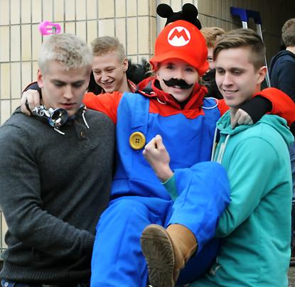 Mariokin kannettiin kuorma-auton lavalle.