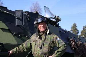 Huittislainen yliluutnantti Teemu Jokinen ja paimiolainen yliluutnantti Vesa-Pekka Pesonen testasivat ajorataa Paimiossa perjantaina.