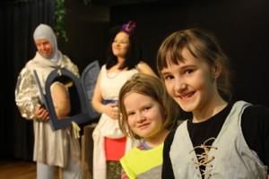 Aada Sevón (etualalla oikealla) oli myös viime vuonna näyttelemässä Paimion lapsi- ja nuorisoteatterissa. Venla Lattu sen sijaan on ollut mukana kesäteatterissa. Taustalla näkyvää Veikko Entosta on nähty kesäteatterin lavalla vuodesta 2006, Mira Lattua kolmena kesänä.