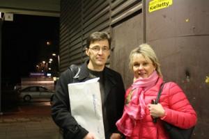 Jere Järvinen ja Sanna Tähkämaa valtuustonkokouksen jälkipyykillä. Kumpikin yritti turhaan saada valtuustoa luopumaan tablet-hankkeen lisämäärärahasta.