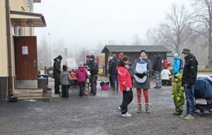 Sää ei ollut talvinen, mutta hernerokka ja laskiaispullat maistuivat silti Piikkiön laskiaistapahtumassa.