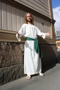 Vaikka kärsimykset olisivatkin tuoneet Jeesukselle ryppyjä, ryppyotsaisuudesta Linnateatterin Jeesusta ei voi syyttää.