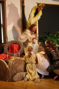 Näytelmän aikana Jeesus (Henri Kesti) muun muassa siunasi lapsia ja etsi kadonnutta lammasta. Hänen puuhiaan ihmetteli paratiisilintu (Anna-Kaisa Leppänen), Valkeavuoren koulun musiikkiluokkalaiset sekä seurakunnan vapaaehtoiset työntekijät.
