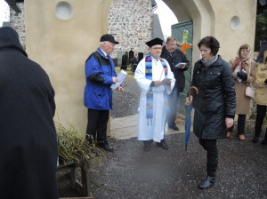 Sauvon kirkon parin vuoden remontit ovat valmiina. Kirkkoherra Kalle Elonheimon johdolla siirryttiin messuun pajunoksien kera.
