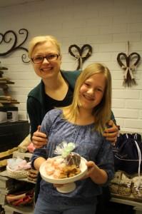 Ravintolapäivä pidetään Paimiossa Salla Axelinin Sallan pajan pihalla. Venla Heinonen myy ravintolapäivänä itse tekemiään karkkeja.