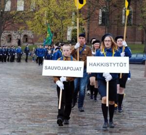 Sayvojapojat ja Hakkistytöt marssivat sunnuntaina Turussa partiomarssilla.