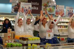 Vappumieltä jaossa vapunaattona Annika Mutila Dance schoolin flash mobissa Paimion K-supermarketissa.