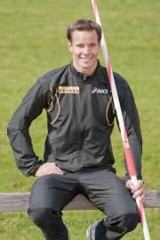 Tero Pitkämäki vetää treenit kesemmällä Paimion Urheilijoiden nuorille keihäänheittäjille.