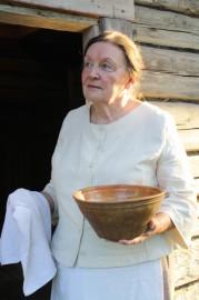 - Äitini oli 1900-luvun alussa rohkea kansannainen, joka haettiin ruumiinpesijäksi kotikylässä Keski-Suomessa. Ida-tätini taas oli itseoppinut lapsenpäästäjä. Itse olen kätilö ja sairaanhoitaja, ja olen sekä auttanut lapsia maailmaan että antanut hätäkasteen, kertoo Marjatta Järvinen.