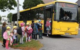 Vistan koulun yläpiha on linja-autoille ahdas ja sumppuinen. TLO:n linja  ei mahtunut enää yläkoulun pihaan, vaan se jäi Vistantien varteen puoleksi pyörätien päälle.