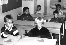 Piikkiön Koroisten koululla viitattiin pelkällä etusormella ainakin vuonna 1990.