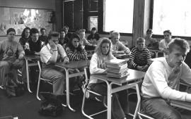 Ei ainakaan alaluokkalaisia, mutta mikä koulu ja mikä vuosi? Kuvan takana ei ole tietoja.