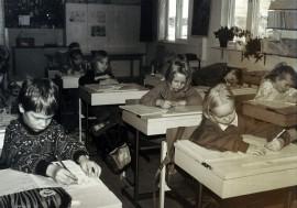 """Rungon koululaiset opettelevat """"kaunoa"""" vuonna 1993."""