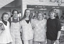 """Nämä Sauvon koululaiset olivat varmaan jo """"yläastelaisia"""". Vuosiluku ei ole tiedossa mutta nimet on: Pirjo Virtanen, Ilona Alander, Virpi Alakylä, Terhi Pihl ja Mirva Nurmi."""
