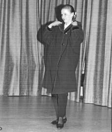 Piikkiön yrittäjänaiset järjestivät muotinäytöksen lokakuussa 1995. Uusinta takkimuotia esitteli Tiina Saarikko.