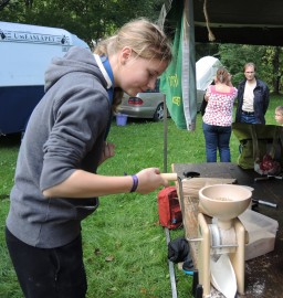 Petra Hagelberg näytti, miten jauhetaan jyviä käsimyllyllä.