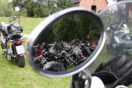 Paimion-Piikkiön Moottoripyöräkerhon puheenjohtaja Veijo Lehtonen kertoo, että vuonna 1972 perustettuun yhdistykseen kuuluu noin 60 jäsentä. Seuran järjestämään motoristien kirkkohetkeen tuli väkeä monin kerroin.