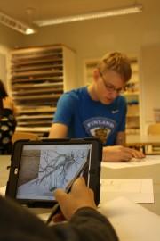 Alina Ruohomäki jäljensi Piikkiön yhtenäiskoululla Julia Barinovan kuvaa iPadilta. Pöydän toisella puolella ahersi Santeri Tättäläinen.
