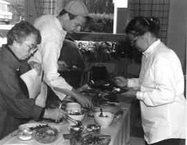 Jaakko Kolmonen tuomarina maistelemassa munakkaita vuonna 1985 4H-kilpailussa (Sauvossa?)