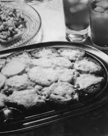 """Ruokavinkki vuosikymmenten takaa: """"Makaronia pizzan tapaan maistuu varmasti lapsillekin, onhan siinä tuttuja ruoka-aineita, makaronia ja jauhelihaa."""" Vinkataan kuvan takana."""