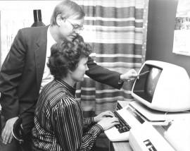 """""""Tietokone apuna tilitoimistossa"""", lukee vuoteen 1983 päivätyn kuvan takana. Tietokonetta käyttämässä Ritva Wahlsten, apunaan Jukka Laivonen"""