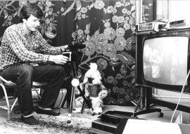 """Videokuvaaminen oli uutta vuonna 1983. """"Perhe-elämää videolle"""", lukee kuvan takana. Mutta kenen perhe-elämää, sitä kuva ei kerro."""
