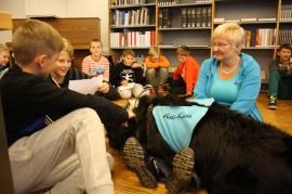 Anton Lämsä ja Santeri Nurmi lukivat Viljon rakkauskirjettä. Takana näkyvät Kasper Pusa, Mikko Laine, Voima Tuomasjukka, Pauli Lähde ja Miika Seppä. Maarit Haapasaarella on useita vastaavia koiraprojekteja Turun seudulla.