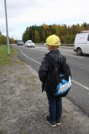 Isommat koululaiset eivät tarvitse aikuista mukaansa, mutta vain harva koulunsa aloittaja selviää reittiliikenteestä ilman aikuista.