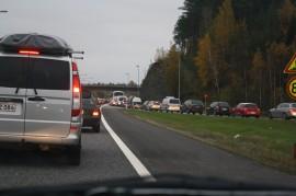 Autot seisoivat moottoritiellä maanantaina aamulla puoli yhdeksän aikaan. Ohitustieltä tuleville annettiin tilaa vetoketju-mallin mukaisesti.