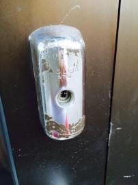 Koulun oven lukkoja on tuhrittu liimalla Paimiossa.