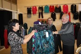 Eija Salonen, Sirpa Törmä ja Parvillan yrittäjä Roger Söderlund järjestelivät uutta myymälää kuntoon Tammisillassa maanantaina.