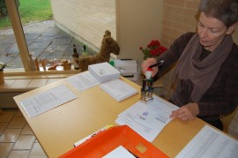 Virva Kangas leimasi äänestyslipukkeita Paimiossa.
