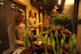 Melina Kaijanen ja Nenna Mäenranta opiskelevat Tuorlassa kolmatta vuotta. Heidän mielestään on ihan OK, jos tutkintojen suorittaminen rajataan kolmeen vuoteen, koska se motivoisi opiskelemaan tehokkaasti.