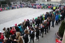 Kaikki Vistan koulun oppilaat kerääntyivät torstaiaamun alkajaisiksi letkajenkkaamaan koulun pihalle.