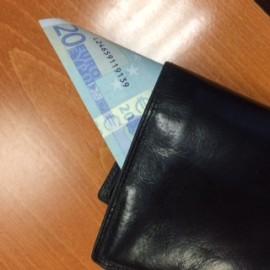 Vanhuksilta vietiin kotona lompakosta rahaa.