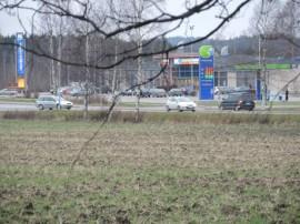 Ostettava ja kaavoitettava maa-alue on Meijeritien kerrostalojen ja K-Supermarket Paimion välissä, Kravinkujan risteyksessä.