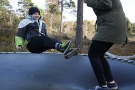 Siinä missä normaali lapsi tarvitsee 10 toistoa oppiakseen jotain, Eric tarvitsee 1000, mutta hän oppii kyllä. Eric nauttii yleensä isosiskojen seurasta, ja trampoliini on usein käytössä.