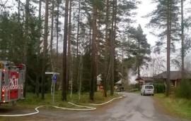 Torpparintien palo keräsi katsojia lähistöltä.