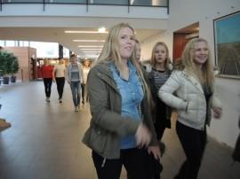 Paimion Vistan yläkoulun ysit marssivat kuuntelemaan luennon päihdeasioista Paimio-saliiin keskiviikkona aamupäivällä.