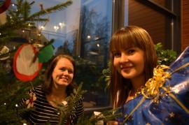 Sosiaalitoimen väkeä vai joulupukin apulaisia? Sosiaalityöntekijät Taru Romana ja Charlotte Lindwall Paimiosta ovat molempia.