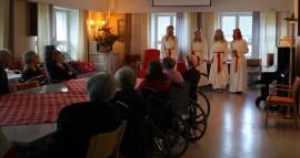 Vanhainkodissa kuunneltiin hartaasti Milena Pietilän, Salla Tammelinin, Alina Mäkisen ja Eveliina Maarasen esiintymistä.