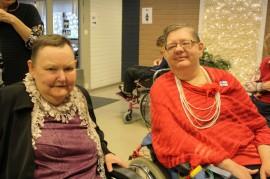 Kutsussa oli ilmoitettu, että juhlaan saa pukeutua juhlavasti. Moni asukas olikin ottanut hienoimmat korut ylleen. Juhlaan olivat saapuneet muun muassa Leila Lehtonen ja Ulla Laine.