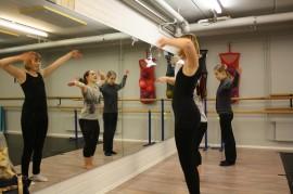 Tanssikurssia sovelletaan ryhmäläisten kykyjen mukaan. Yksi osallistujista on tanssinut mukana pyörätuolissa. Ryhmää vetää Emmi Tiermas (keskellä). Vasemmalla Robin-tanssia tanssii Sofia Hautamäki, oikealla Armi Kaarisalo.